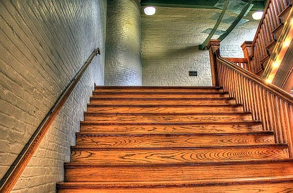 O tym warto pamiętać wybierając drewiane schody?